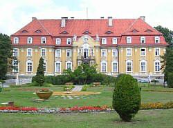Frontowy widok szpitala w Kochcicach
